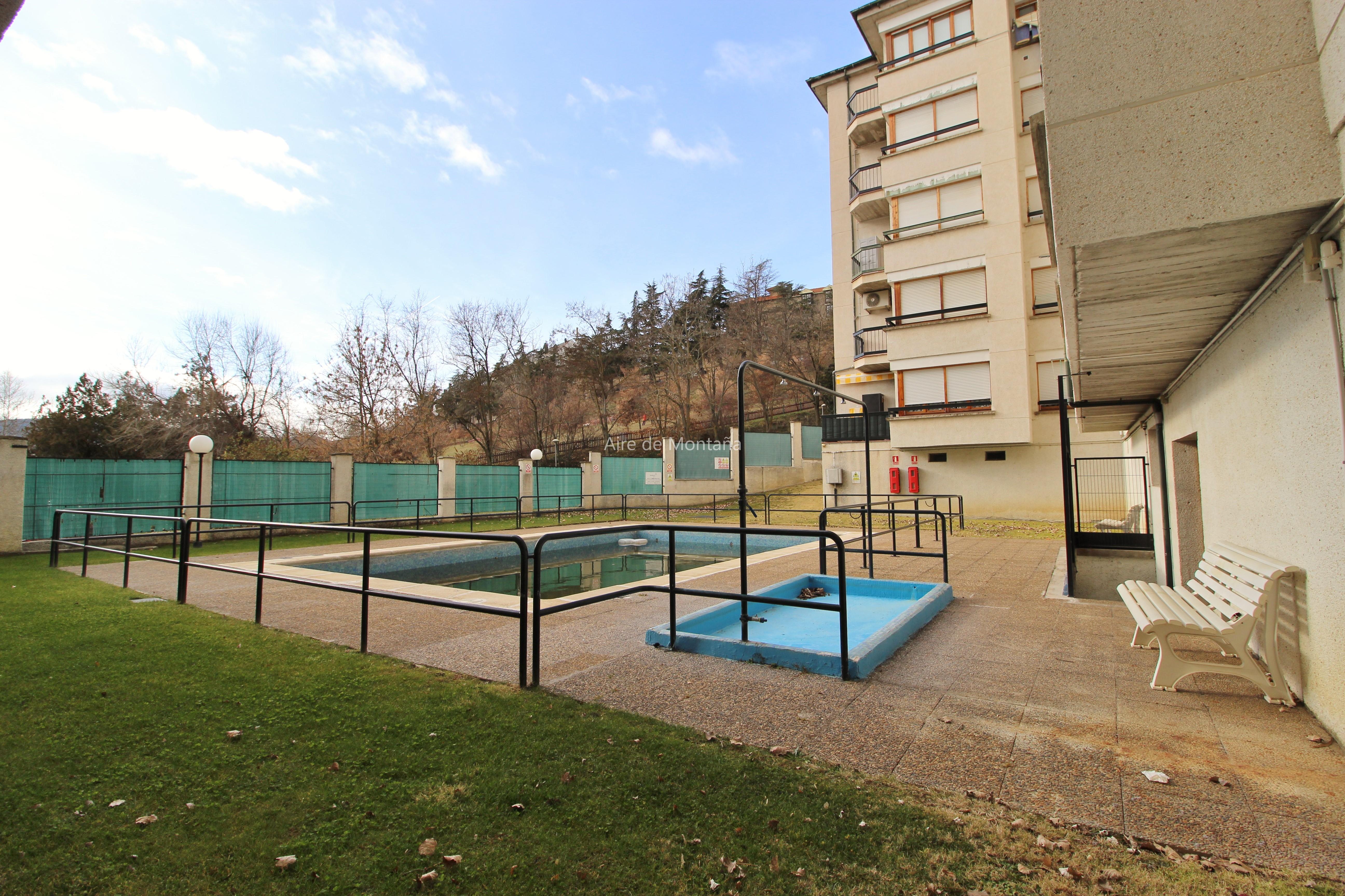Coqueto apartamento con piscina en jaca aire de monta a for Piscina jaca